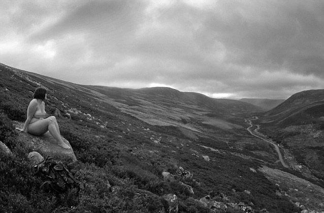 17.out.2013 - A imagem que ilustra o mês de maio de 2014 mostra uma mulher observando a paisagem