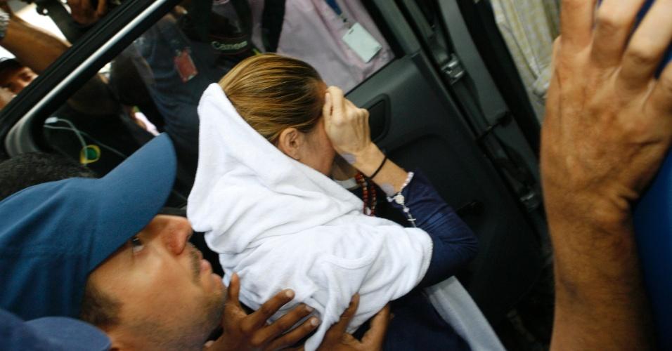 17.out.2013 - A médica Kátia Vargas Leal Pereira, 45, acusada de ter causado o acidente que matou dois irmãos em Salvador, na última sexta-feira (11), deixa hospital e é conduzida para presídio feminino. Ela se recusou a falar durante depoimento no presídio