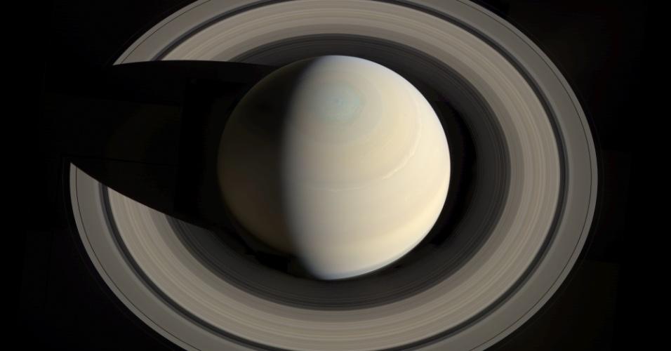 17.out.2013 - A sonda Cassini, da Nasa (Agência Espacial Norte-Americana), obteve um ângulo de Saturno impossível de ser feito daqui da Terra. Visto de cima, o planeta fica completamente separado de seus anéis. O mosaico é composto por 12 imagens capturadas com filtros verde, vermelho e azul no último dia 10