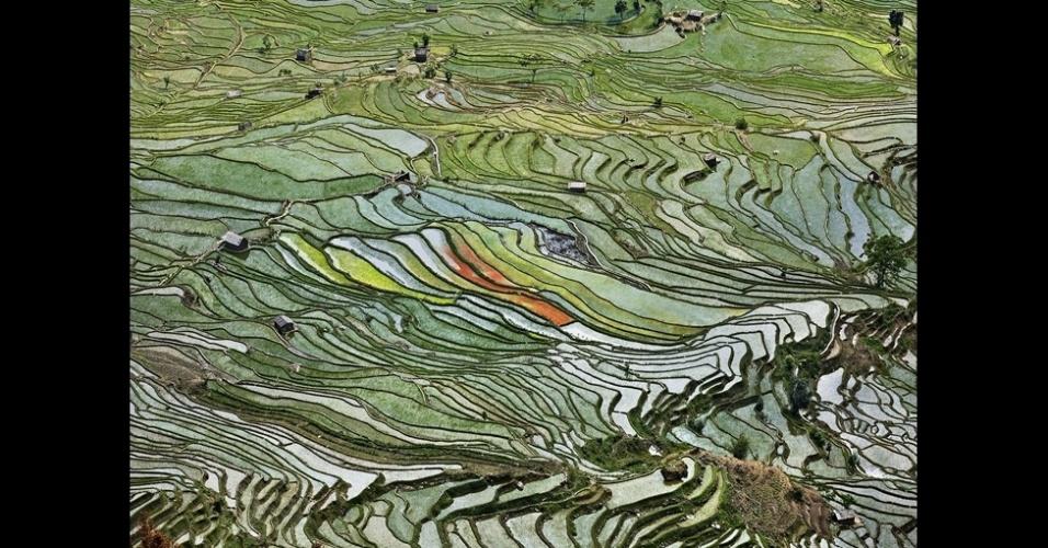 """17.out.2013 - """"Água"""" é o nome da última coleção de fotos do artista sobre como as ações humanas vêm comprometendo o meio ambiente e se segue a outros projetos do fotógrafo, como Petróleo, Minas, Pedreiras e China"""