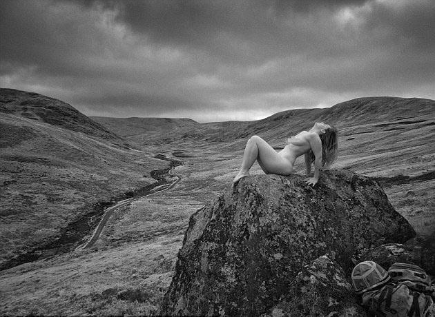 17.out.2013 - As mulheres, que nunca haviam posado antes, podem ser vistas nuas sobre as rochas, atravessando uma ponte de madeira ou na janela de um castelo em ruínas