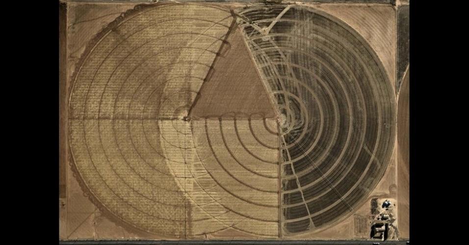 17.out.2013  - Burtynsky usa o projeto Pivot Irrigation, no Texas, e Dryland Farming, em Monegros, na Espanha, como casos de estudo sobre o fenômeno conhecido como terraformação - um processo que modifica as características de um corpo celeste sólido para acomodar um ecossistema com seres vivos da Terra
