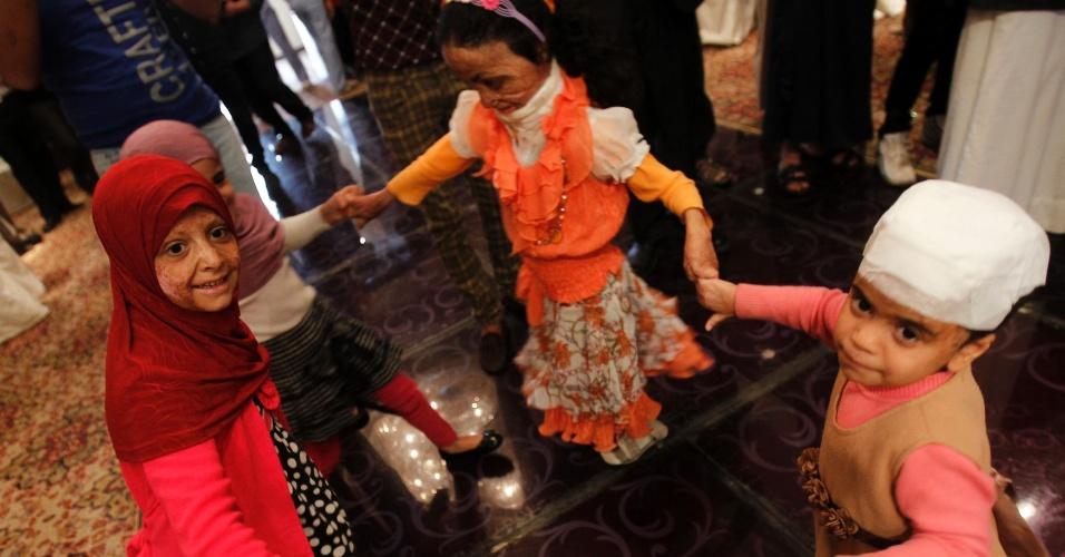 17.out.2013 - Crianças da Síria, Iraque e Iêmen que trazem no corpo as marcas da violência sofridas durante as guerras em seus países brincam de roda durante o festa do feriado do Eid al Adha, realizada pela organização humanitária francesa Médicos Sem Fronteiras, nesta quinta-feira (17), em Amman, na Jordânia
