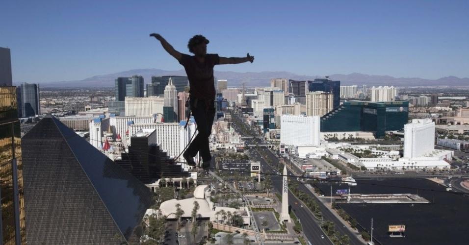 17.out.2013 - Equilibrista Andy Lewis caminha em corda-bamba no 63º andar do prédio do Mandalay Bay Resort, em Las Vegas, Nevada (EUA), na quarta-feira (16). Ele alcançou o recorde mundial para a maior distância caminhada em uma corda bamba urbana ao andar por 110 m de comprimento, durante a Copa do Mundo da Federação Mundial de Slackline