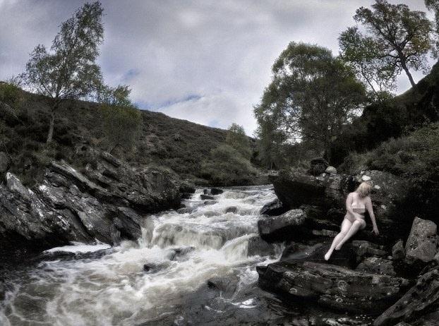 17.out.2013 - Esposa que ilustra o mês de março de 2014 é retratada em Braemar, Escócia