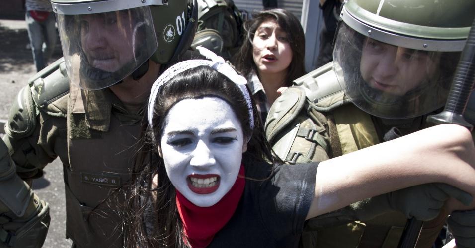 17.out.2013 - Estudante é levada por policiais durante protesto por melhorias no sistema público de educação chileno, em Santiago, nesta quinta-feira (17)