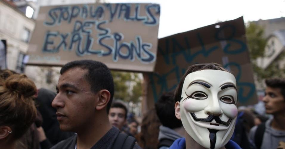 17.out.2013 - Estudantes do ensino médio protestam em Paris contra a expulsão de alunos estrangeiros após uma adolescente de 15 anos ter sido deportada para Kosovo do país enquanto viajava em uma excursão escolar