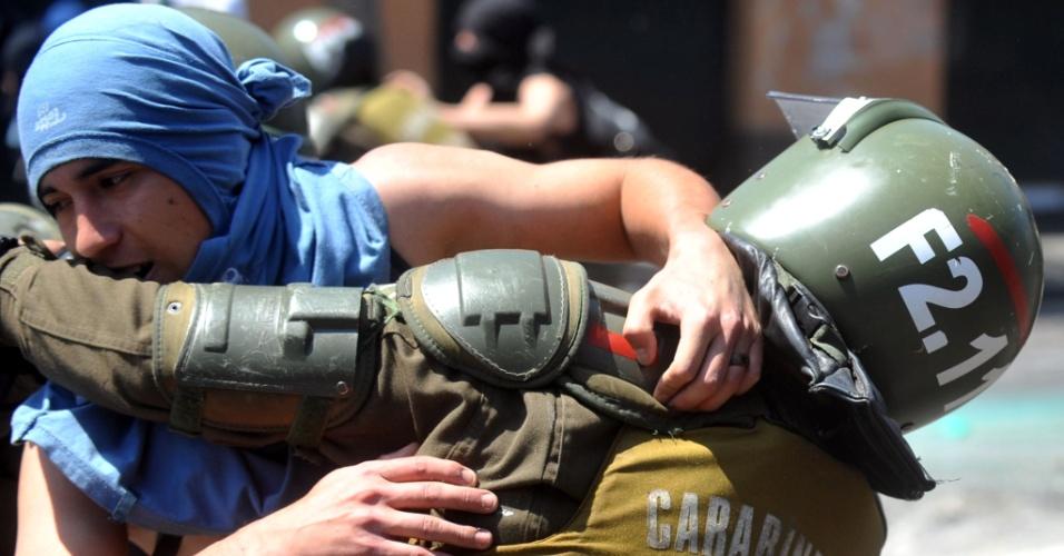 17.out.2013 - Estudantes e policiais entram em confronto durante protesto por melhorias no sistema público de educação chileno, em Santiago, nesta quinta-feira (17)