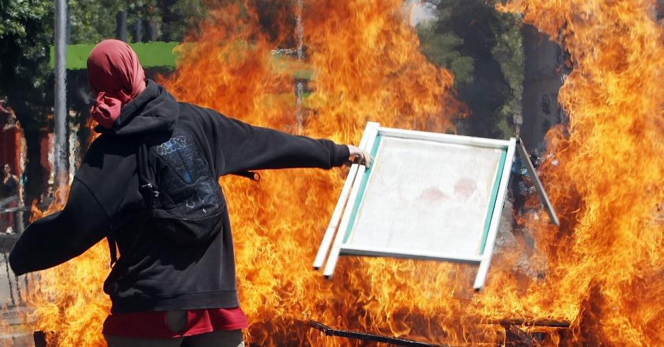 17.out.2013 - Estudantes fazem barricadas com fogo durante protesto por melhorias no sistema público de educação chileno, em Santiago, nesta quinta-feira (17)