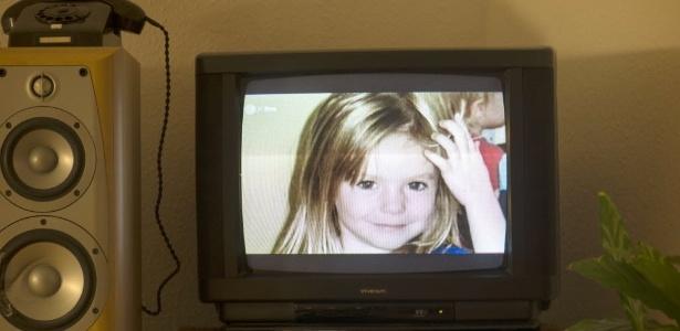 Foto da menina britânica Madeleine McCann é exibida em uma tela de TV em um apartamento em Berlim