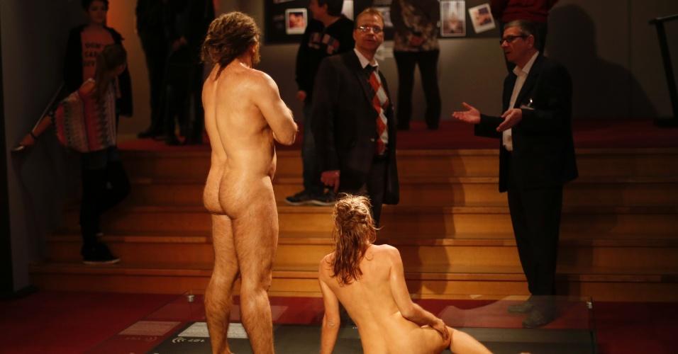 """17.out.2013 - Funcionários de museu conversam com modelos nus da exposição """"Sexo e Evolução"""" no Museu de História Natural de Muenster, na Alemanha"""