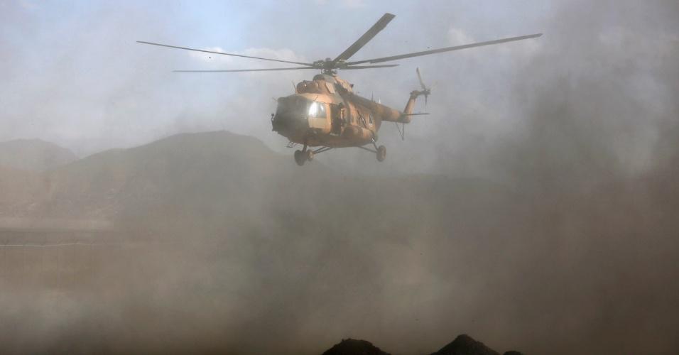 17.out.2013 - Helicóptero carrega o corpo de Arsala Jamal, governador da província de Logar, que morreu em um ataque a uma mesquita de Cabul, no Afeganistão