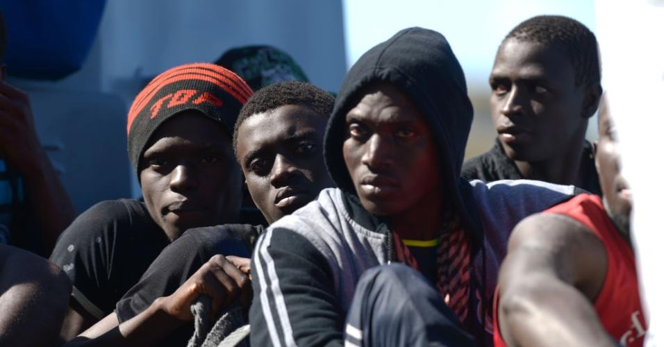 17.out.2013 - Imigrantes chegam em um barco das Forças Armadas de Malta depois de ser transferido do USS San Antonio, nesta quinta-feira (17). Um navio de guerra dos Estados Unidos resgatou 128 imigrantes a partir de um bote inflável que estava ameaçando virar no mar revolto no Mediterrâneo após um pedido de Malta. Dois naufrágios neste mês mataram pelo menos 550 imigrantes nas águas entre a Líbia e a Itália