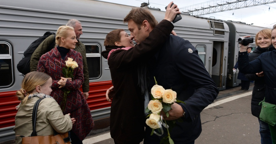 17.out.2013 - Líder da oposição russa Alexei Navalny é cumprimentado por apoiadores ao chegar com sua mulher, Yulia (segunda à esquerda), em uma estação de trem em Moscou depois de seu julgamento na cidade do norte da província de Kirov, na Rússia. O juiz anulou a sentença de Navalny, que havia pego cinco anos de prisão por furto