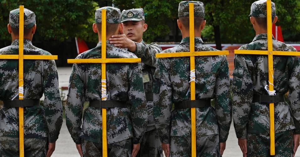 17.out.2013 - Novos recrutas do Exército de Libertação Popular da China participam de treinamento para corrigir a postura em Hangzhou, na província de Zhejiang