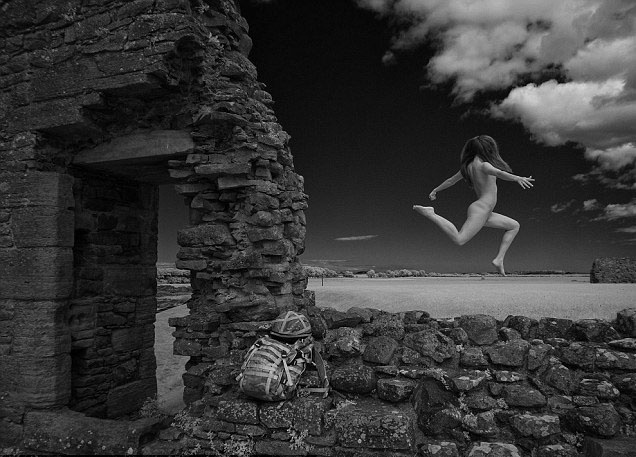 17.out.2013 - O fotógrafo escocês Jim Furness escolheu locais que pudessem retratar a beleza natural do país. Ele também introduziu elementos militares ao especial