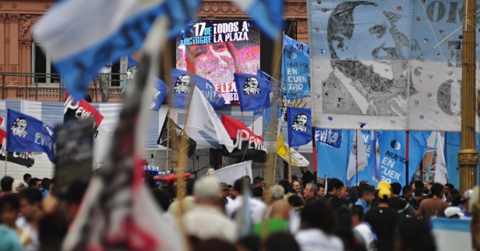 17.out.2013 - Pessoa se reúnem na Plaza de Mayo para comemorar o Dia da Lealdade e prestar apoio à presidente da Argentina, Cristina Kirchner, em Buenos Aires, nesta quinta-feira (17). Ela se recupera de uma cirurgia feita em seu cérebro, na residência oficial de Olivos, após receber alta no último domingo (13)