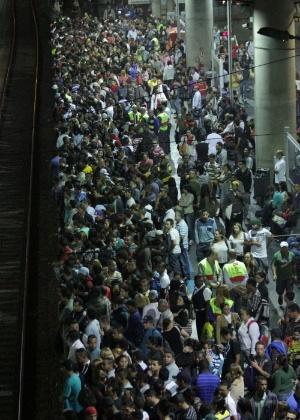 17.out.2013 - Pessoas encontram dificuldade para embarcar na estação Brás após a interrupção da circulação de trens devido a um protesto por moradia, que bloqueou parte dos trilhos da Linha 12- Safira da CPTM, no bairro Ermelino Matarazzo, na zona leste da capital paulista, nesta quinta-feira (17)