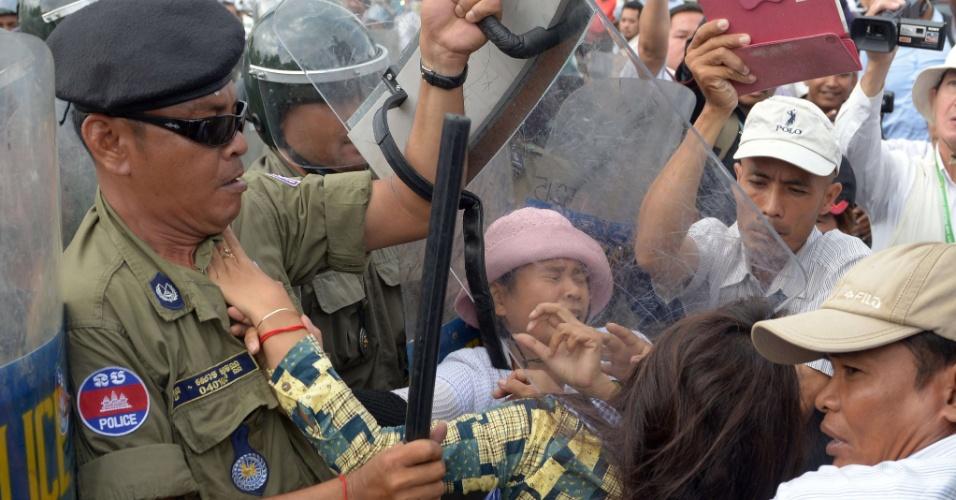 17.out.2013 - Polícia reprime manifestantes nesta quinta-feira (17) durante protesto em Phnom Penh (Camboja). Ativistas do país dizem que o governo já expropriou milhares de famílias de suas fazendas para ceder os terrenos a empresas privadas, motivando os protestos
