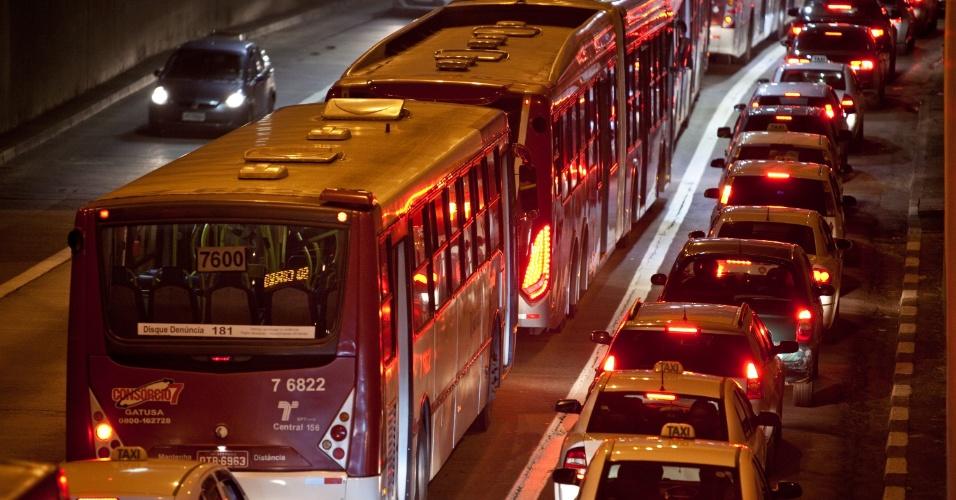 17.out.2013 - Trânsito ficou bastante intenso na avenida São Gabriel, no Itaim Bibi, na zona oeste de São Paulo, na noite desta quinta-feira (17)
