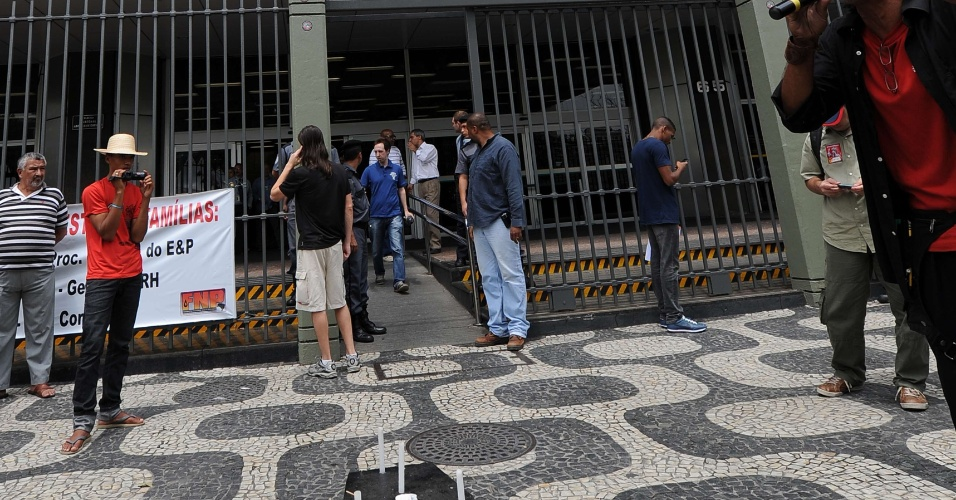 17.out.2013 ? Manifestantes protestam contra o leilão do pré-sal em frente à sede da Petrobras no Rio