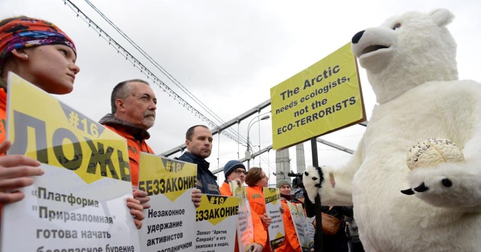 18.out.2013 - Vestido de urso, ativista protesta contra ato de apoio aos