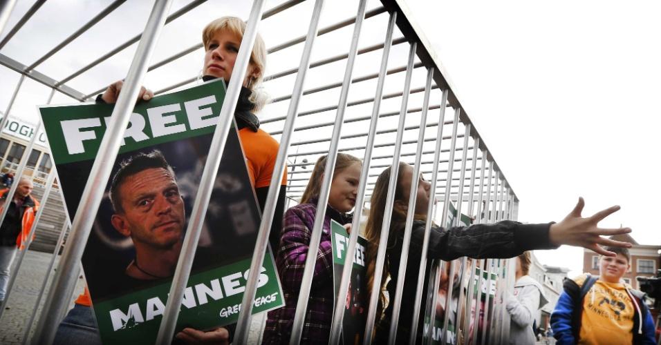18.out.2013 - A namorada do holandês Mannes Ubels, ativista do Greenpeace detido na Rússia desde setembro, entra em uma jaula durante ato de apoio aos