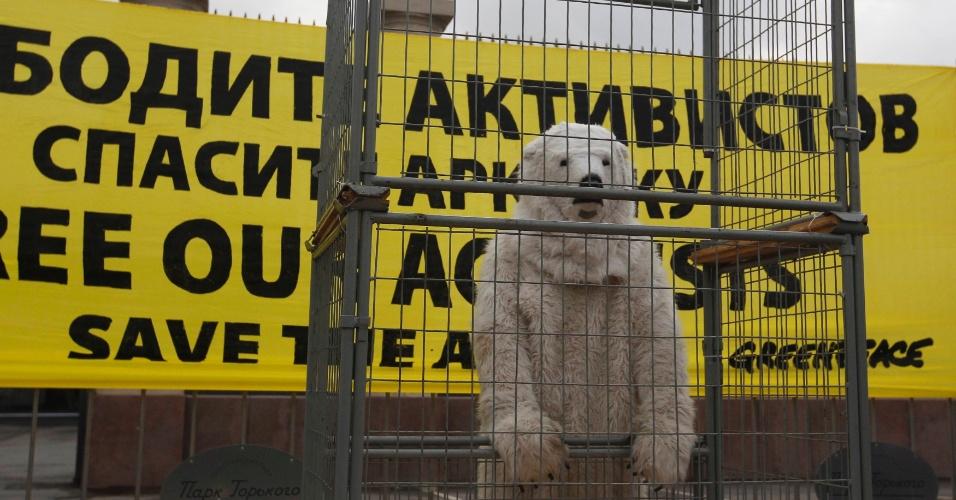 18.out.2013 - Fantasiado de urso polar, ativista do Greenpeace protesta em Moscou, na Rússia, contra a prisão de 30 tripulantes do barco