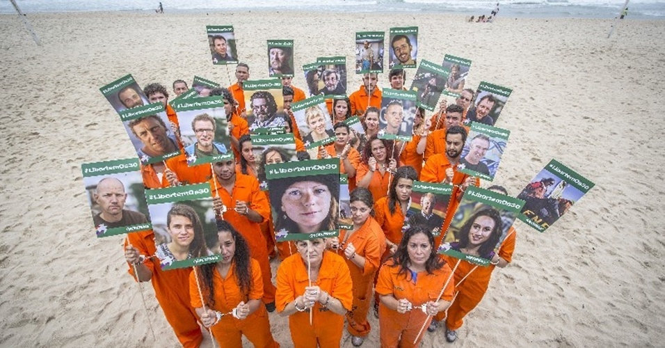 18.out.2013 - Ativistas do Greenpeace se algemaram nas areias da praia do Leblon, no Rio de Janeiro, para lembrar os 30 ativistas da ONG que estão detidos na Rússia após um protesto contra a exploração de petróleo no Ártico