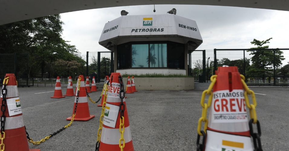 18.out.2013 - Cerca de 30 pessoas se reúnem em frente à Reduc (Refinaria Duque de Caxias) em apoio à greve dos petroleiros