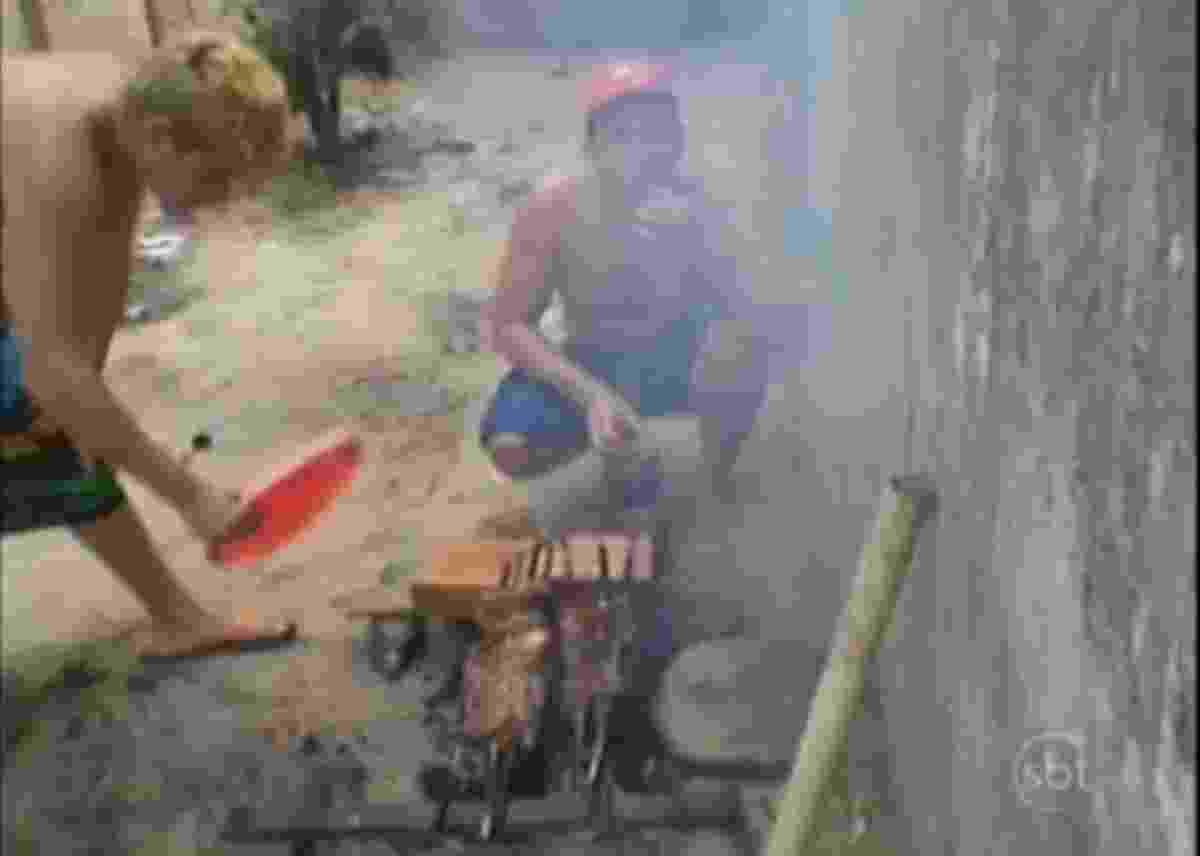 18.out.2013 - Em julho deste ano, fotos publicadas nas redes sociais mostravam detentos de um presídio de Santarém, no Pará, fazendo um churrasco dentro da unidade prisional. Nelas, eles exibiam comida e dinheiro - Reprodução