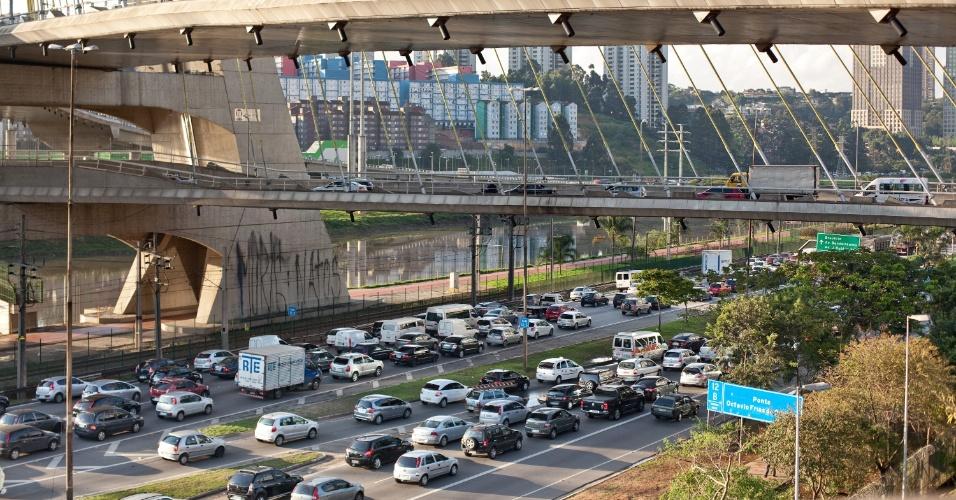 18.out.2013 - São Paulo tem trânsito intenso no marginal Pinheiros, nesta sexta feira (18)