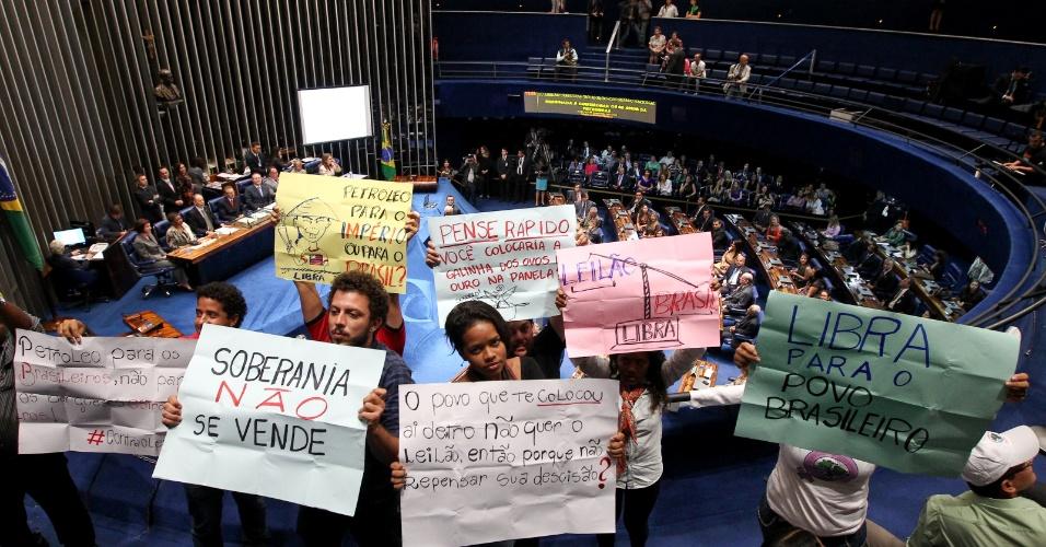 7.out.2013 - Manifestantes e sindicalistas ligados à produção de petróleo (Sindipetro e Federação Única dos Petroleiros) fazem protesto contra o leilão do campo de Libra, do pré-sal, em sessão solene do Congresso Nacional em homenagem aos 60 anos da criação da Petrobras, no Plenário do Senado Federa