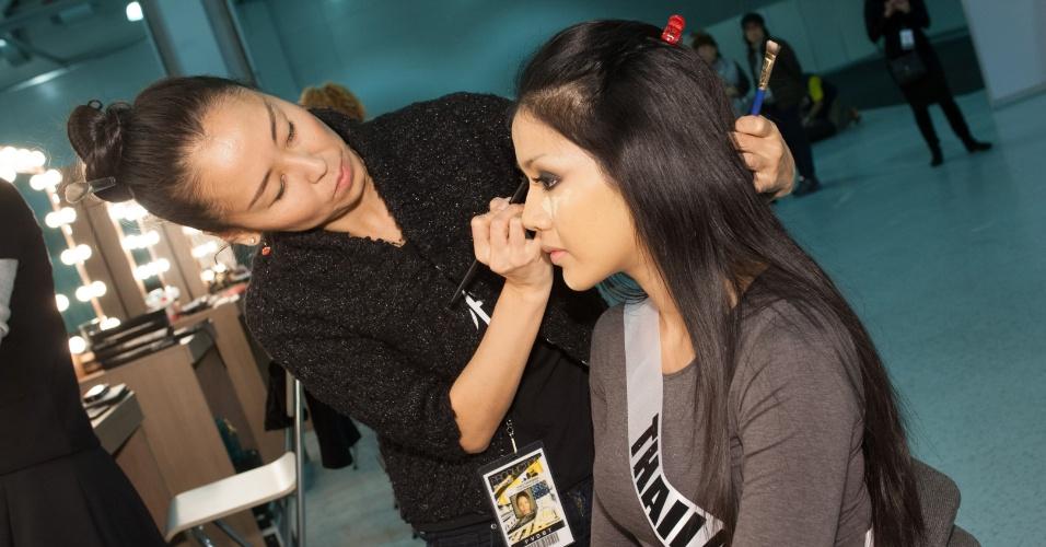 21.out.2013 - Chalita Yaemwannang, Miss Universo Tailândia, é maquiada em hotel de Moscou, na Rússia, onde acontece o Miss Universo 2013. O concurso acontece no dia 9 de novembro e, até lá, as mais de 80 beldades vão visitar diversos pontos turísticos da capital russa e ensaiar para a grande final