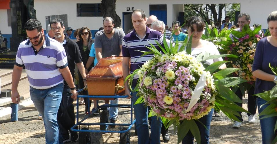 21.out.2013 - Familiares participam do enterro do cantor Angelo Boin Neto, que foi roubado e morto em Presidente Prudente (a 558 km de São Paulo), nesta segunda-feira (21). O corpo de Neto, de 52 anos, foi encontrado no rio Paranapanema, em Pirapozinho (564 km de São Paulo), neste domingo (20). Segundo a Polícia Civil, o bancário e cantor foi roubado e espancado pelo desempregado Luis Paulo da Silva, 25, e por dois adolescentes, de 14 e 16 anos, na madrugada da última quinta-feira (17), e lançado no rio pelos três