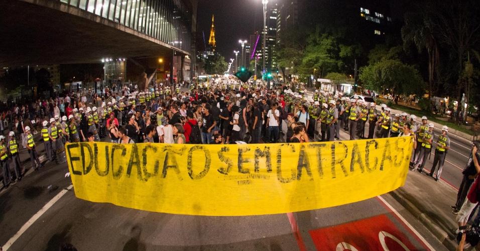 21.out.2013 - Manifestantes fazem protesto por melhorias na educação e contra o leilão do pré-sal nesta segunda-feira (21), na avenida Paulista, região central de São Paulo