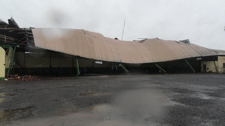 21.out.2013 - Vendaval derruba telhado de empresa de transporte coletivo em Santa Rosa (RS). A cidade, no noroeste gaúcho, registrou ventos de mais de 120km/h no início desta manhã, que deixaram dezenas de casas destelhadas e árvores caídas