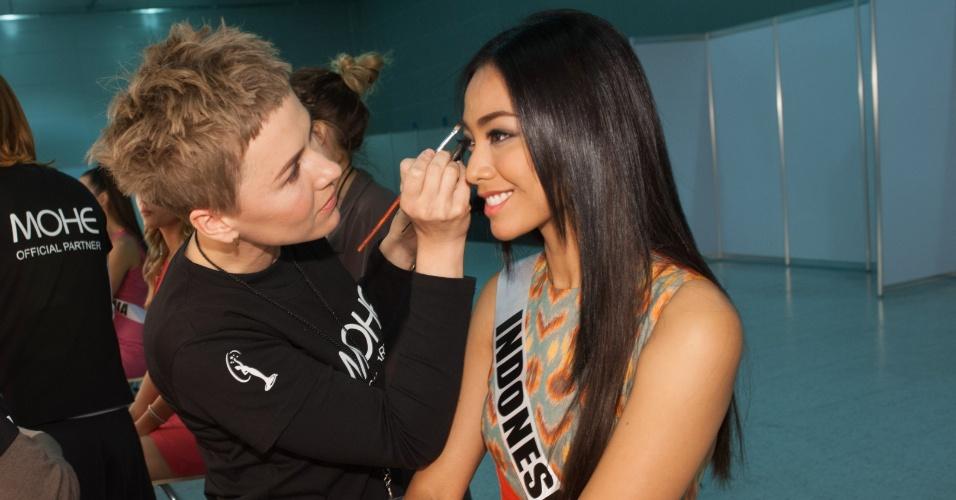 21.out.2013 - Whulandary Herman, Miss Universo Indonésia, é maquiada em hotel de Moscou, na Rússia, onde acontece o Miss Universo 2013. O concurso acontece no dia 9 de novembro e, até lá, as mais de 80 beldades vão visitar diversos pontos turísticos da capital russa e ensaiar para a grande final