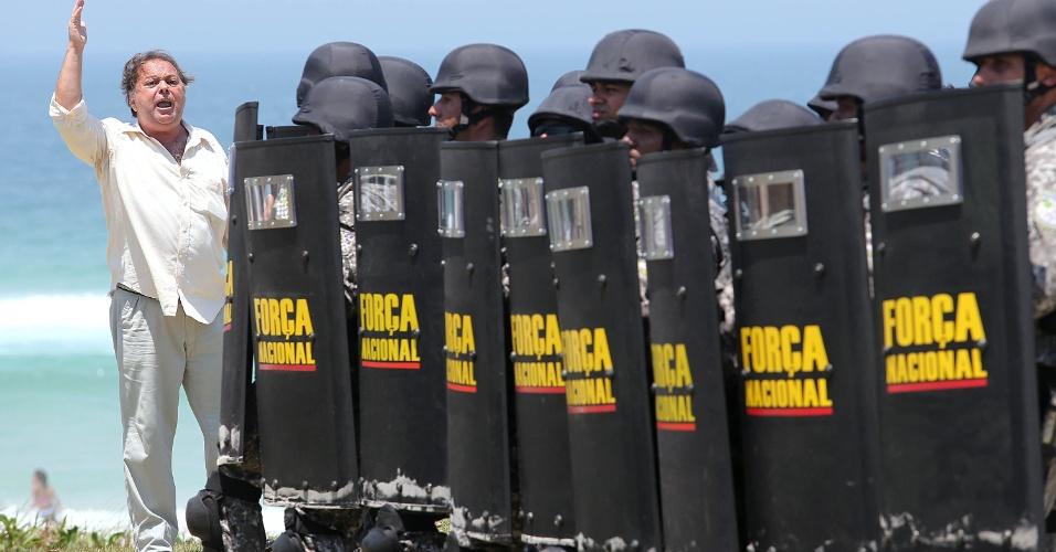 21.out.2013 Força Nacional bloqueia até a areia da praia para impedir o acesso ao hotel na Barra da Tijuca, no Rio de Janeiro, onde será realizado o leilão do Campo de Libra