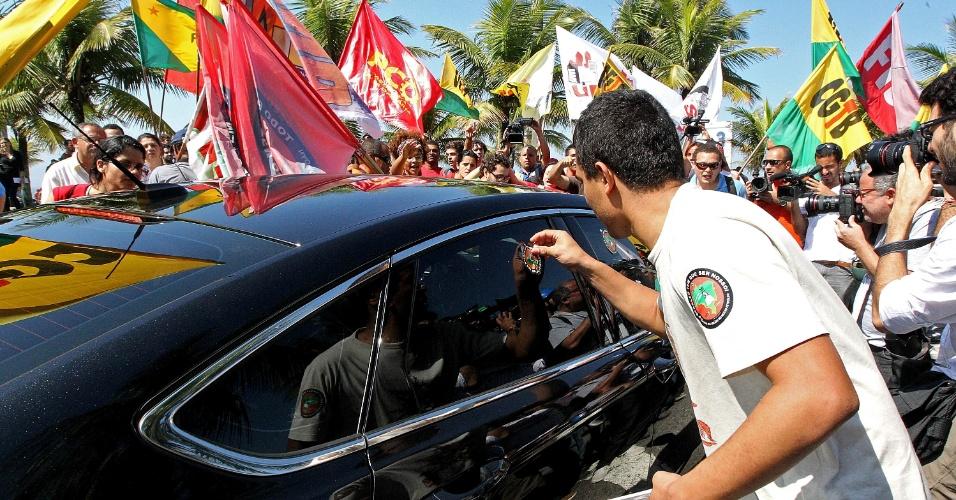 21.out.2013 Força Nacional bloqueia até a areia da praia para impedir o acesso ao hotel na Barra da Tijuca, onde será realizado o leilão do Campo de Libra