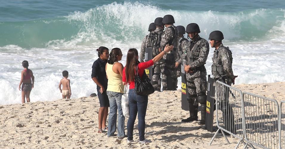 21.out.2013 Força Nacional bloqueia o acesso ao hotel na Barra da Tijuca, onde será realizado o leilão do Campo de Libra, inclusive a areia da praia