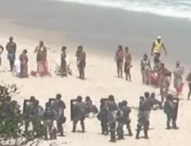21.out.2013 Força Nacional invade a areia da praia para bloquear protestos na Barra da Tijuca, onde será realizado o leilão do Campo de Libra