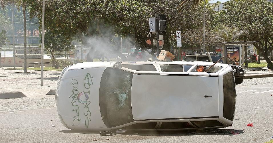 21.out.2013 Manifestantes atacaram veículo em protesto contra o leilão do pré-sal, na Barra da Tijuca, no Rio; os militares reagiram com bombas de gás lacrimogêneo e balas de borracha