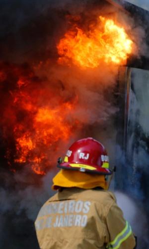21.out.2013 Manifestantes colocam fogo em um banheiro químico em uma praça próxima à região do bloqueio militar no hotel Windsor Barra, na Barra da Tijuca, Rio de Janeiro, onde é realizado o leilão do Campo de Libra, o maior campo do pré-sal brasileiro