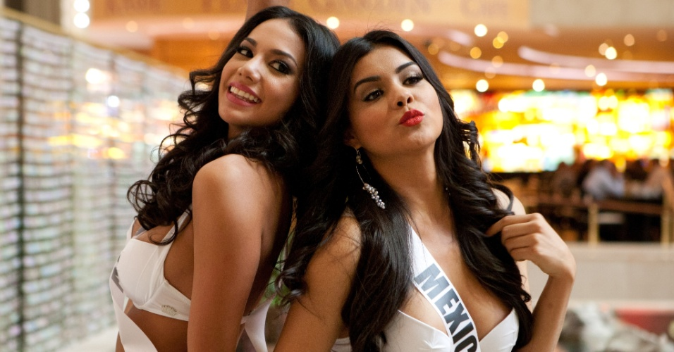 22.out.2013 - Carolina Brid, Miss Universo Panamá; e Cynthia Duque, Miss Universo México; mandam beijos ao posar de biquíni em hotel de Moscou, na Rússia. O Miss Universo 2013 acontece no dia 9 de novembro e tem mais de 80 candidatas