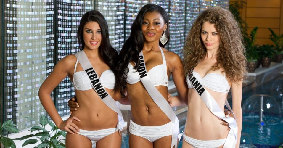 22.out.2013 - Karen Ghrawi, Miss Universo Líbano; Jennifer Ondo, Miss Universo Gabão; and Roxana Andrei, Miss Universo Romênia; posam de biquíni em hotel de Moscou, na Rússia. O Miss Universo 2013 acontece no dia 9 de novembro e tem mais de 80 candidatas