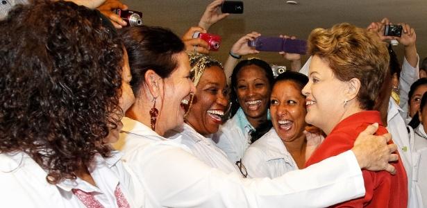 Médicas cumprimentam a presidente Dilma Rousseff  antes da sanção da lei que institui o programa Mais Médicos - Roberto Stuckert Filho/PR