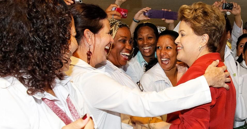 22.out.2013 - Médicas cumprimentam a presidente Dilma Rousseff  antes da sanção da lei que instituiu o programa Mais Médicos nesta terça-feira, em Brasília