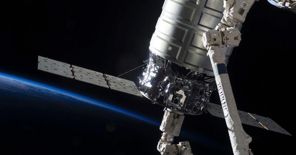 22.out.2013- Cargueiro comercial Cygnus deixou a Estação Espacial Internacional (ISS) nesta terça-feira (22), três semanas após sua chegada em um voo de demonstração para levar suprimentos, informou a Nasa (Agência Espacial Norte-Americana). A cápsula de carga foi construída pela empresa americana Orbital Sciences Corporation, e agora, após o sucesso do teste, deve começar viagens regulares para envio de suprimentos sob um contrato de US$ 1,9 bilhões com a Nasa. É a segunda empresa a enviar suplementos para a ISS