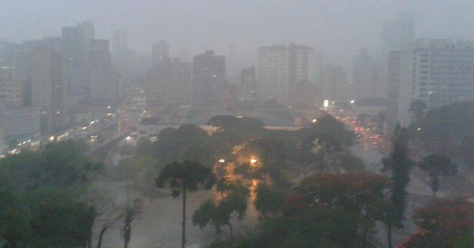 23.out.2013 - Chuva atinge sobre a praça Rui Barbosa, no centro de Curitiba (PR). Temporais que atingiram o Paraná na segunda-feira (21) à noite causaram estragos em 14 cidades e afetaram 28 mil pessoas, segundo informou a Defesa Civil Estadual
